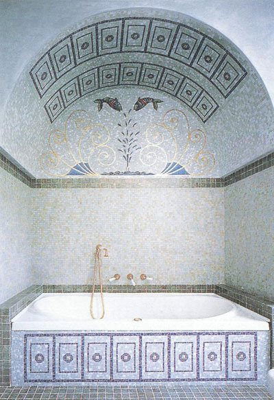 Мозаичная плитка позволяет создавать сложные декоративные композиции.