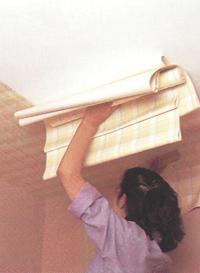 Наклеивание обоев на потолке
